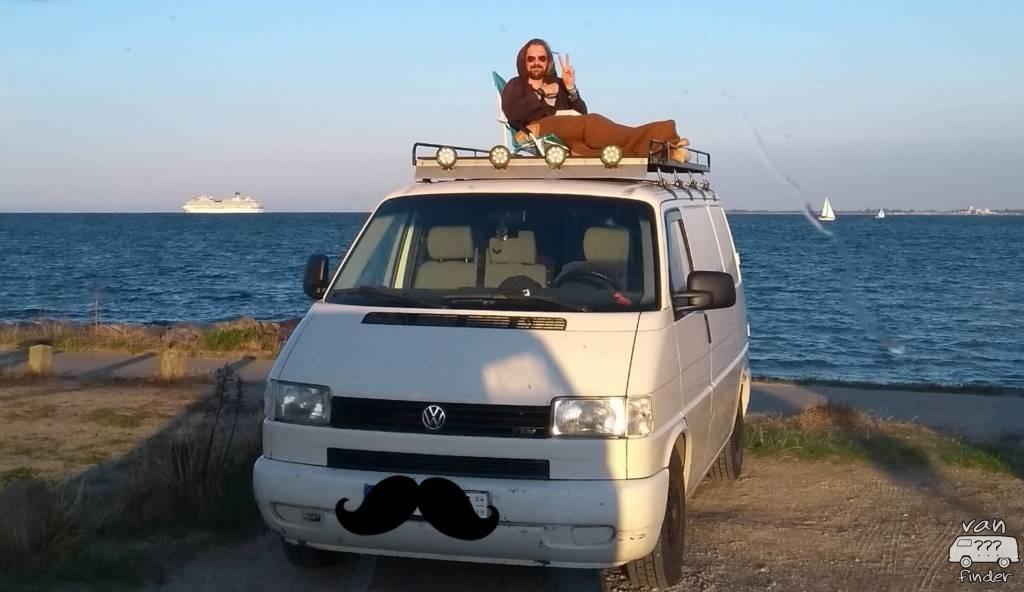Martin auf der Dachterasse seines VW T4